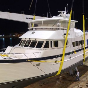 United Yacht Transport, Winter Sailing, Loading Outer Reef Yacht